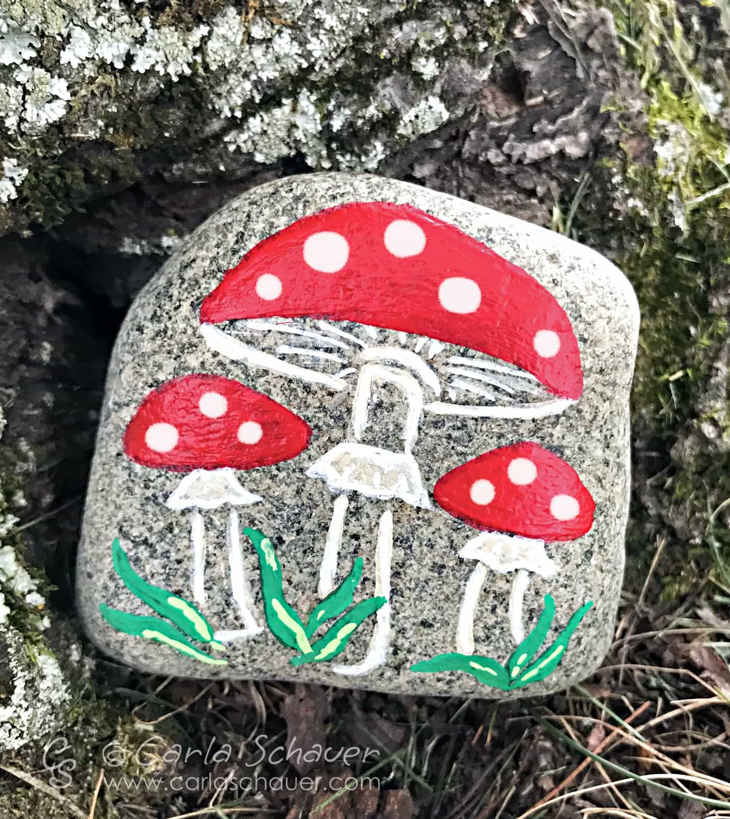 This would be adorable to make at camp! Ombre heart painted rock from Carla Schauer Designs. See easy painted rock ideas from carlaschauer.com. #easypaintedrocks #paintedrockideas #paintedrocks #rockpainting #decoratedrocks #mushroomart #stenciledrocks #hiddenrocks #mushrooms